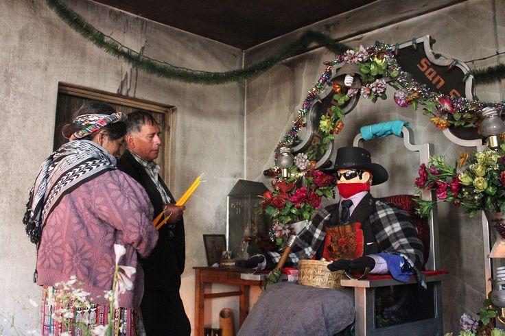 "from Zunil,Guatemala.""San Simon""グアテマラには「サンシモン信仰」と呼ばれる独特な民間信仰がある。サンシモン信仰はサンシモンと呼ばれる像を祀る偶像崇拝に類されるが、大変珍しい姿をしているということで、この神様を一目見ようとここを訪れる旅行者は少なくない。どう珍しいかと言うと、この神様、サングラスをかけている。…"