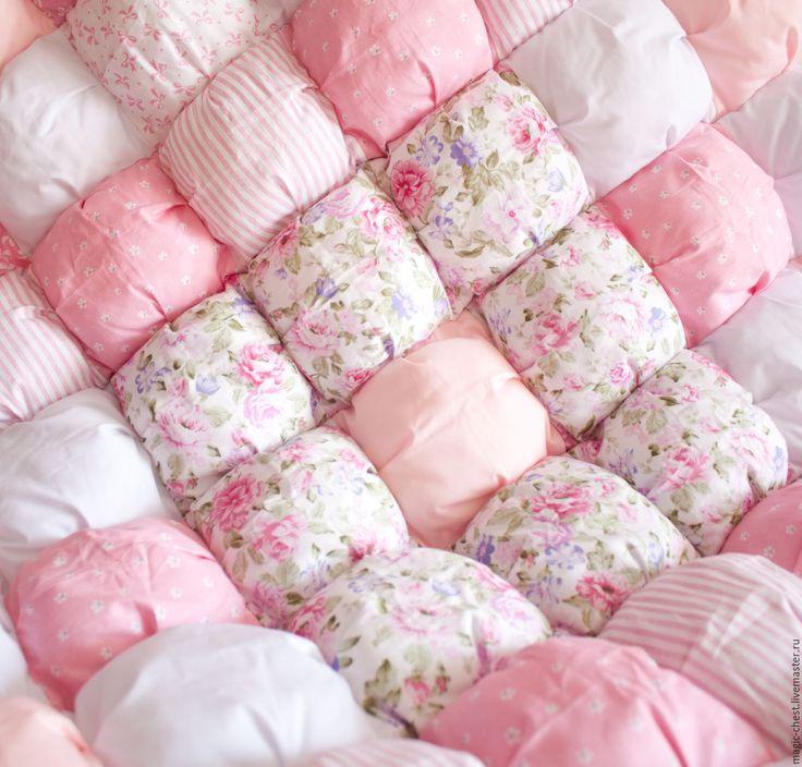 Купить или заказать Детское одеяло Бон-бон в интернет-магазине на Ярмарке Мастеров. Нежное, легкое и теплое девичье одеяло из сатина превосходного качества. Согреет холодной зимой и послужит мягким матрасиком или ковриком для игр…