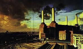 Animals (1977) La caratula es una idea de Roger Waters, quien tuvo la idea de poner un cerdo sobre la estación eléctrica de Battersea simbolizando la codicia. La carátula del álbum es una de las mejores que se hayan hecho, considerada como una de las 100 mejores portadas de la industria discográfica, en ella se muestra la estación eléctrica de Battersea como un símbolo de obsesión de la humanidad por el trabajo constante y las metas banales, rodeada por vías de trenes industriales y basura.