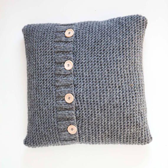 Housse de coussin gris foncé en tricot simple trapu. Très mignon et simple micros en tricot par Elena. Il semble épaisse, confortable et minimal. Cette housse de coussin tricoté de fil de laine semi. Housse de coussin étui fermeture avec boutons en bois naturel. Vous pouvez mettre