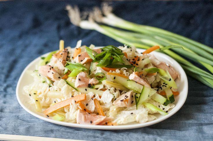 Azjatycka sałatka z kapusty pekińskiej z łososiem