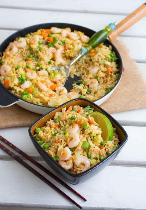 Fried rice är en av mina absoluta favoriträtter från det kinesiska köket. Det är så himla gott! Stekt ris med grönsaker och räkor som smakar fantastiskt. Passar perfekt som vardagsmat eller när man vill bjuda på något gott vid festliga tillfällen. Gillar du inte räkor kan du istället ha i kyckling eller göra den vegetarisk. Jag rekommenderar varmt att du testar detta recept. Lättlagat och riktigt gott. 6-8 portioner fried rice Ca 6 dl ris av valfri sort (jag rekommenderar jasminris) 4 st ägg…