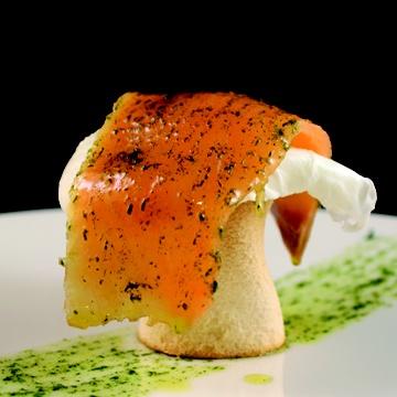 Huevo escalfado con crema de cebolla tierna y salmón ahumado. César Anca Gastro-Bar. #tapasydulcesElche #Tapas #gastronomía #Elche #visitelche http://www.visitelche.com/media/publications/pdf/Maraton2013.pdf