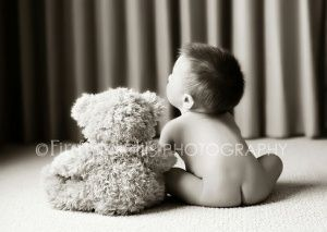 6 month photo ideas for a boy - I couldnt resist re-pinning this cute picture with the little bear!