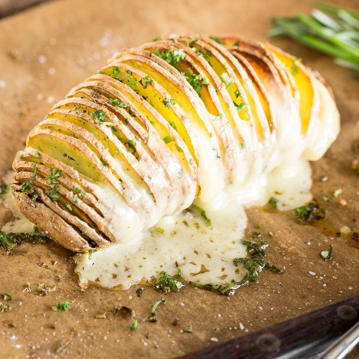 Einschneiden, backen, füllen - zwischen den einzelnen Kartoffelscheiben bahnt sich nussigerGruyère seinen Weg zur Mitte und nimmt den Rosmarin gleich mit.