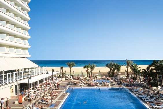 Emplazado en Fuerteventura, España el ClubHotel Riu Oliva Beach (Todo Incluido) ofrece las mejores vista de la cuidada Playa de Corralejo. // Located in Fuerteventura, Spain, the ClubHotel Riu Oliva Beach (All Inclusive) offers the best view on the well-cared Playa de Corralejo.