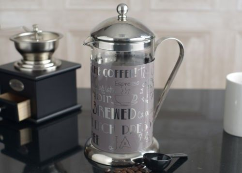 Szary lub czarny zaparzacz. od 1929 r nazywany French press.  Pyszna kawa w zasięgu ręki i do tego ten design. Idealny na prezent w ozdobnym pudełku.  https://homeandfood.eu/q/?keywords=wake