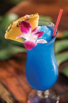 The Blue Hawai 3/4 d'une dose de Rhum léger, 3/4 d'une dose de Vodka, 1/2 dose de Curaçao Bleu, 3 dose de jus d'ananas et 1 dose de Sweet & Sour Mix.