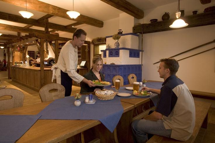 V naší Mlynářské restauraci (74 míst) můžete ochutnat nejrůznější krajové speciality připravené dle tradičních receptur. Základ gastronomické nabídky tvoří tradiční slovácká a staročeská kuchyně. Bohatou nabídku chutných jídel doplňuje široká škála kvalitních jakostních i přívlastkových moravských vín. Restaurace je nekuřácká.