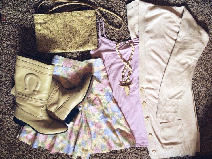 OOTD escaramuza boots, floral skirt, long horn necklace, mexican handbag.