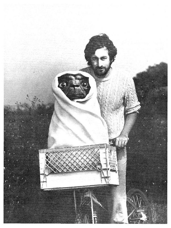 Steven Spielberg avec E.T en 1982 Photo  Avoir du monde à vélo!!!