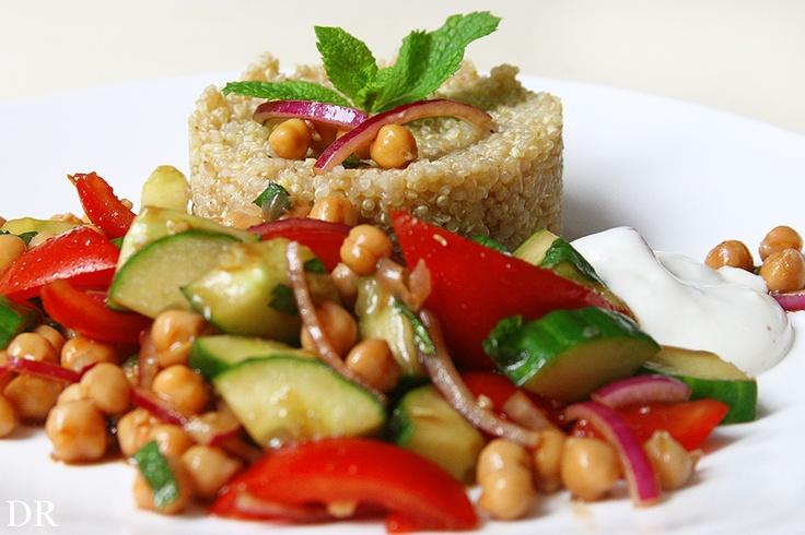 Quinoa met tomaat, komkommer, kikkererwten en komkommer