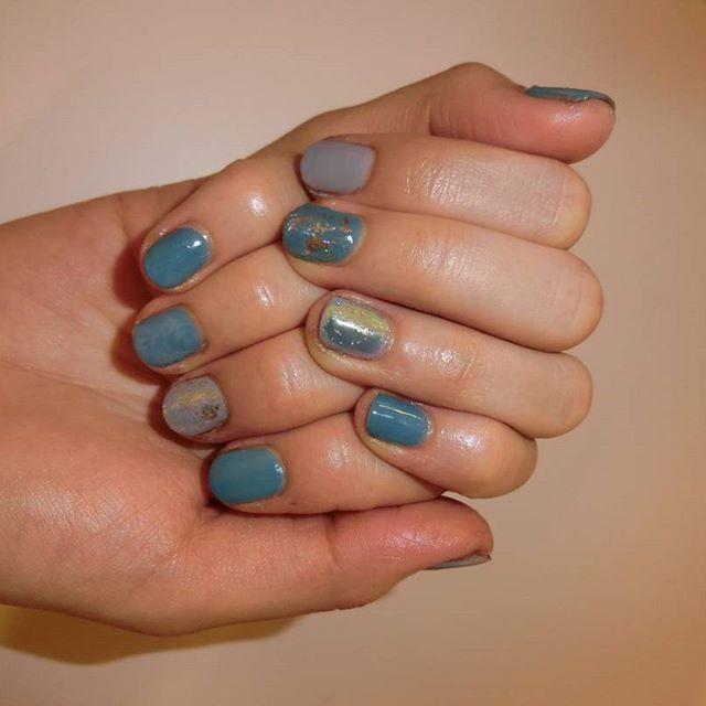 昨日の#リカズネイル ~❤❤💅 「blue×gray」 けいかのオツメが カラー剤で黒ずんできたので またまたやってあげた♪  けいかはわたしと好きな感じがにてて 何作ってもかわいいかわいいって よろこんでくれる~😍💐 遅くまでありがとう😥😥😥💖 ほんちゃんもniceアシスタントありがとう🎵(笑)おつぎはほんちゃん!!💡💖 #セルフネイル #セルフネイル部  #ジェルネイル #セルフジェル #blue #gray #塗りかけ