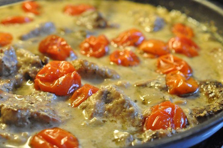Cremet mørbradret med fløde, tomat og hvidløgspesto