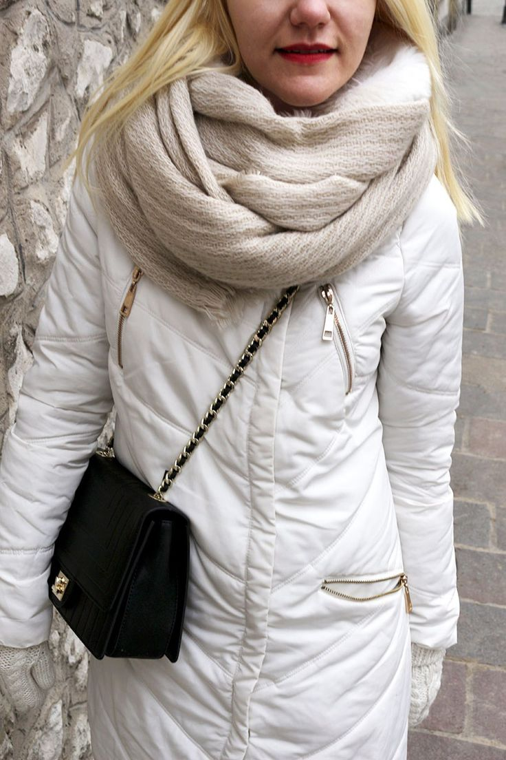 Зимний образ белый пуховик и угги Winter outfit: white puffer and ugg #style #streetstyle #fashion #minimalism #capsulewardrobe #torebkakazar #ugaustralia #bigscarf #мода #стиль #стильныйобраз #зимнийобраз #зимнийгардероб #белоепальто #угги #счемноситьугги #стильныйнаряд #минимализм #блондинка #блонд  #большойшарф #зимниеаксессуары #варежки #чтоноситьзимой #наряддня