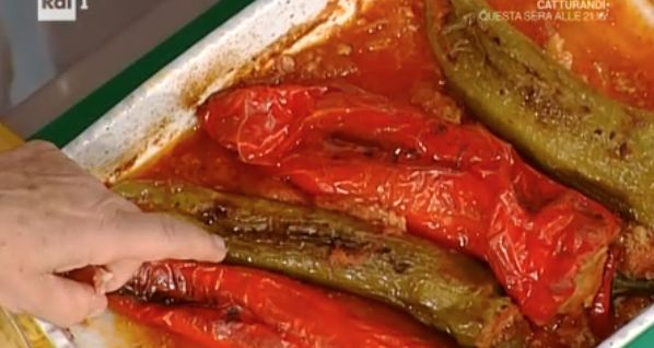 8 peperoni, 2 uova sode, 150 g di provola, olio evo, per la salsa 1 cipolla, 1 barattolo di pomodori pelati – Per il ripieno: 500 g di carne macinata di vitello, 1 uovo grande, 3 fette di pancarrè, prezzemolo, aglio, latte, 2 cucchiai di grana, 2 cucchiai di pecorini, sale, pepe  Preparazione: facciamo il sughetto con cipolla tritata messa in padella con un po' di olio, facciamo soffriggere e aggiungiamo la passata di pomodoro, saliamo.  Nella ciotola mettiamo la carne macinata, 1 uovo inter