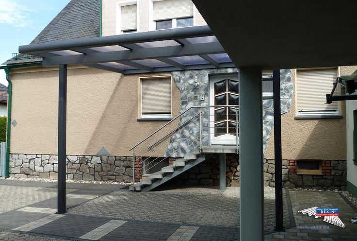 Ein Alu-Terrassendach der Marke REXOclassic 5m x 4m in Anthrazit mit REXOclear 16mm Stegplatten & farblich passender Regenrinne.  Hier wurde ein REXOclassic Terrassendach als besonders großes, optisch ansprechendes Haustür-Vordach eingesetzt. So entsteht ein regen-, schnee- und hagelgeschützter Eingang, der zudem viel Platz zum Unterstellen von Gegenständen bietet.  Ort: Kamsdorf  #Terrassendach #Aluterrassendach #REXOclassic #Stegplatten #Rexin