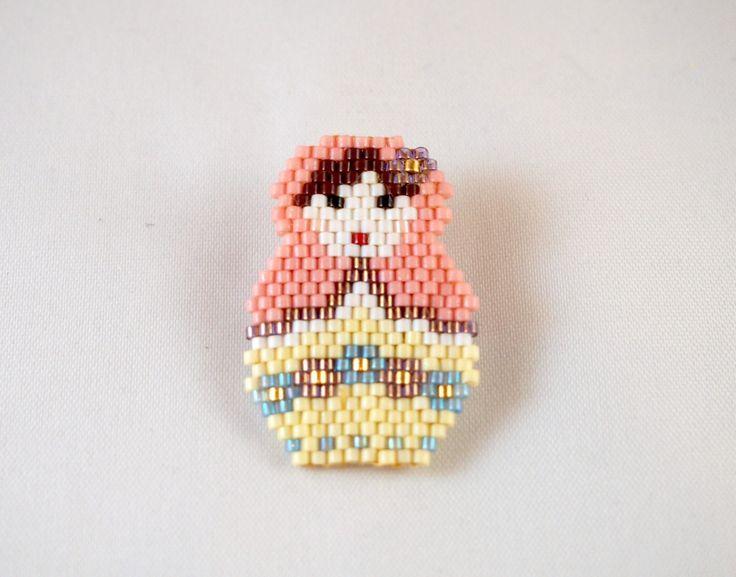 Broche Matriochka en perles Miyuki rose et jaune : Broche par lili-azalee-bijoux Plus