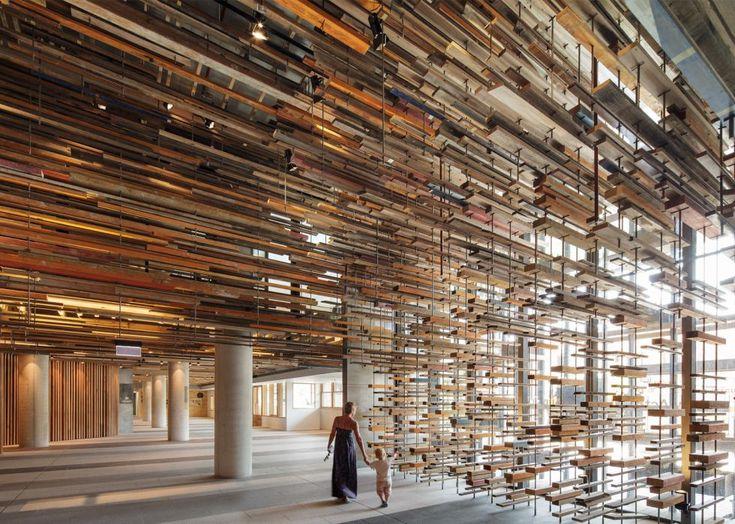Columnas de hormigón y más de 5.000 tablones de madera reciclada fijados a diferentes alturas entre el suelo y el techo mediante varillas de acero delimitan y difuminan los espacios en el gran vestíbulo del Hotel-Hotel, un alojamiento situado en la zona comercial de NewActon, uno de los barrios de moda de Canberra (Australia). Un proyecto escultural del equipo australiano de arquitectos March Studio que ha ganado con esta obra el premio de arquitectura World Interior of the Year 2015 al…