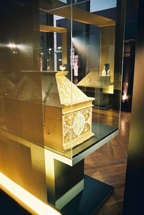 Exposición: Tesoro Monástico. Estructuras del montaje desde la capilla.