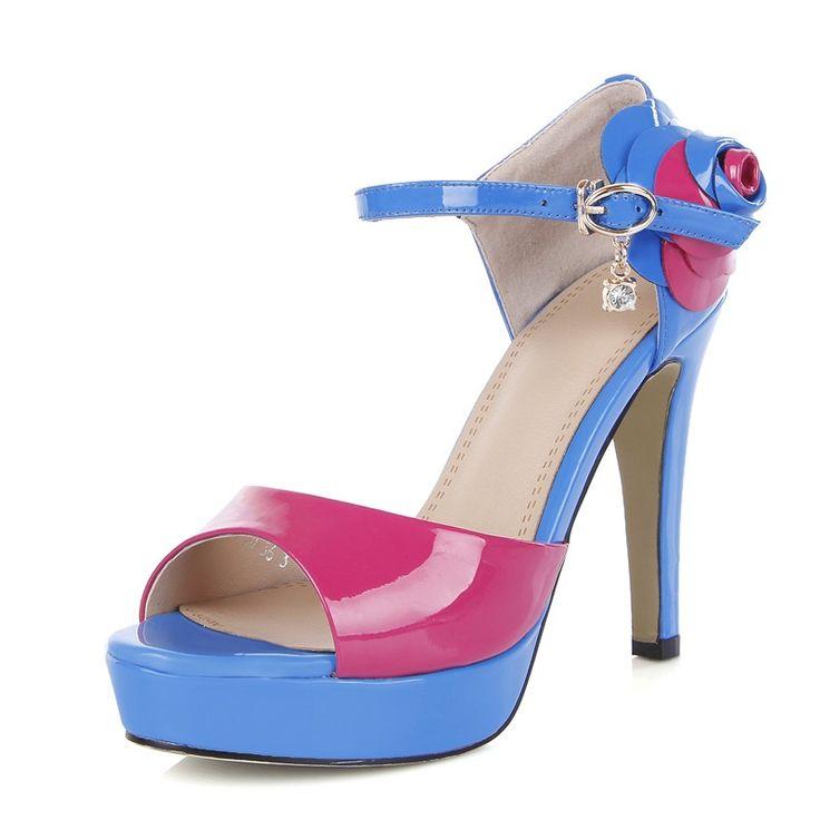 Vrouwelijke prima met open tenen schoenen met hoge hakken Romeinse stijl