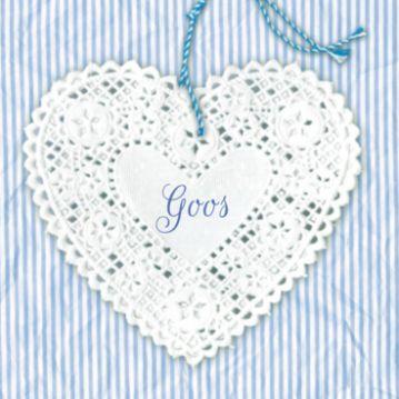 Lief geboortekaartje met kanten hart aan hanger op achtergrond met blauwe strepen.