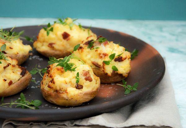 Lækre ovnbagte kartofler med bacon og hvidløgsost - smager helt fantastisk og er gode som tilbehør til culotte, en god bøf eller andre retter - få opskrift