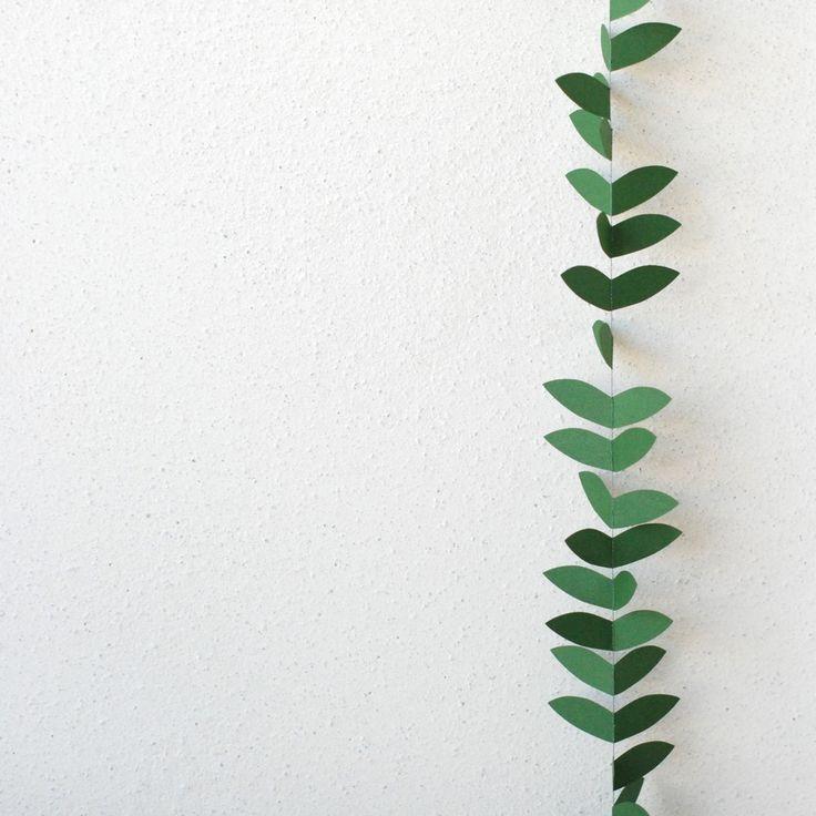 """guirlande en papier mi-avril : Le décor de papier """"Envol SAPIN"""", léger et aérien, s'inspire d'un envol d'oiseaux. Une couleur verte lumineuse pour végétaliser votre intérieur.  • coloris : vert sapin  • matériaux : papier recyclé irisé ; fil de coton bio écru  • envergure des ailettes : 6,5cm  • longueur : 2m"""