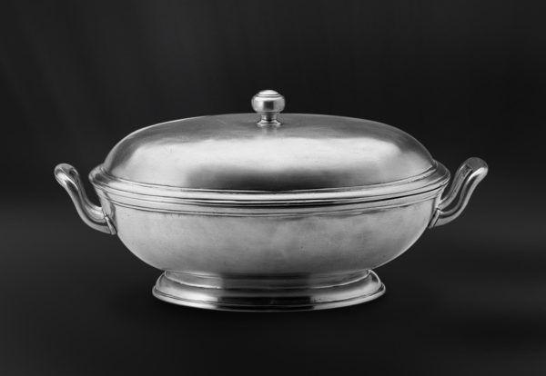 Footed Oval Pewter Tureen - Length: 29 cm (11,4″) - Width: 22 cm (8,7″) - Food Safe Product - #oval #pewter #tureen #peltro #zuppiera #ovale #zinn #ovale #suppenschüssel #étain #etain #soupière #peltre #tinn #олово #оловянный #tableware #dinnerware #drinkware #table #accessories #decor #design #bottega #peltro #GT #italian #handmade #made #italy #artisans #craftsmanship #craftsman #primitive #vintage #antique