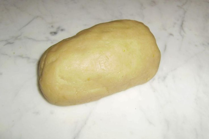 Aiutatevi con un mattarello per rendere la pasta liscia e morbida. Impegnatevi a stenderla come se fosse una focaccia. A questo punto spolverate, aiutandovi con un passino, 3 cucchiai di cannella (mischiandola a 30 grammi di zucchero per un panino più dolce).Ora potete arrotolare l'impasto terminando la lunghezza e piegando le due estremità in modo soffice per chiudere i lati del vostro pane.