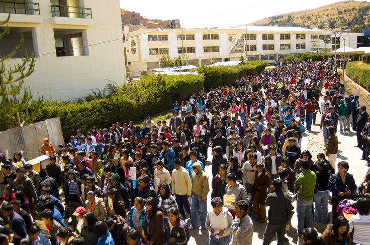 Campus Universitaria al medio día, estudiantes de la Universidad Nacional del Altiplano.  Foto: Abril 2014.