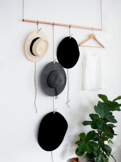 Du brauchst: ein Kupferrohr, einen Rohrschneider (kostet ca. 20 Euro im Baumarkt), ein schmales Seil (Länge: 5 Meter), Wäscheklammern und eine Schere  So geht's: Kupferrohr auf die gewünschte Länge schneiden und ein langes Stück Seil durchfädeln. Dann ein paar unterschiedlich lange Seilstücke an das Rohr knoten. Jetzt befestigst du die Konstruktion an Haken an der Decke oder der Wand. Zum Schluss Hüte, Mützen, Schals – oder was dir sonst noch einfällt – an den Wäscheklammern aufhängen.
