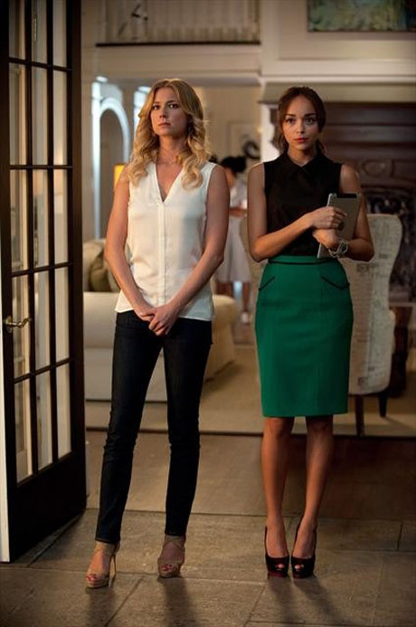 "Emily and Ashley Look Serious in Revenge Season 2, Episode 3, ""Confidence"""