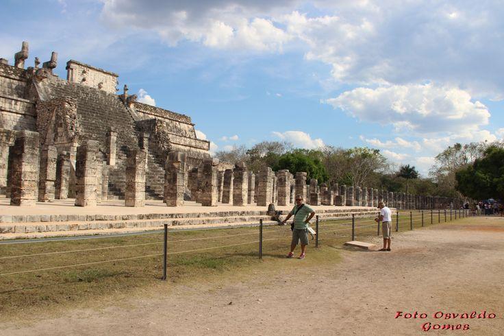 """O nome Chichén-Itzá tem raiz maia e significa """"pessoas que vivem na beira da água"""". Estima-se que Chichén-Itzá foi fundada por volta dos anos 435 e 455 a.C. Foi declarada Património Mundial da Unesco em 1988."""