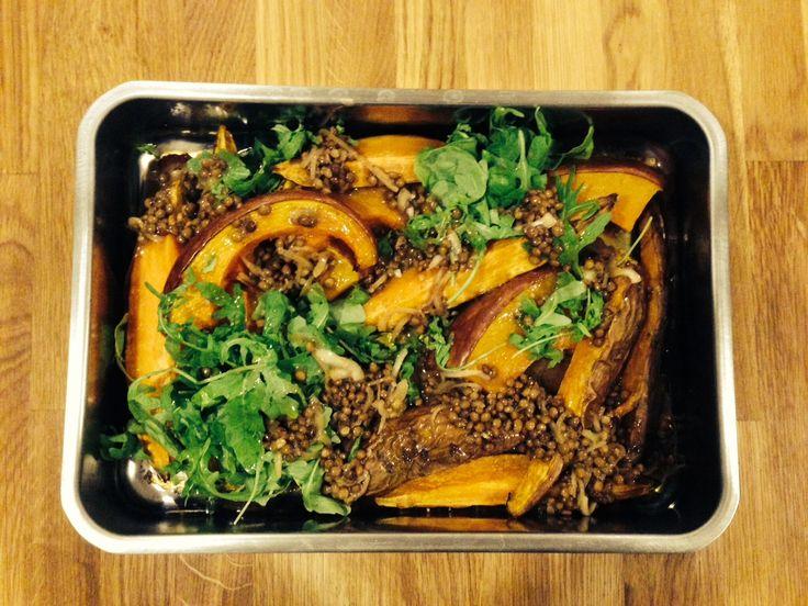 Geschmorter Muskatkürbis und Süßkartoffeln mit Tahina-Balsam-Linsen