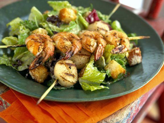 Cäsar-Salat mit Scampi-Jakobsmuschel-Spieß ist ein Rezept mit frischen Zutaten aus der Kategorie Garnelen. Probieren Sie dieses und weitere Rezepte von EAT SMARTER!