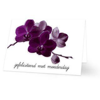 Een Moederdag kaart van paarse orchideeën op een witte achtergrond. Onder de bloemen staat de tekst ''gefeliciteerd met moederdag'' in zwarte krulletters. De binnenkant van deze Moederdag kaart is helemaal wit, daar kun je zelf nog teksten en foto's of allerlei leuke afbeeldingen aan toevoegen.