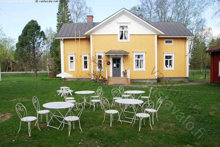 Keltainen talo - maalaistalo rakennus talo keltainen  kuisti tuoli pöytä puutarhakalusto valkoinen ryhmä piha sisäpiha