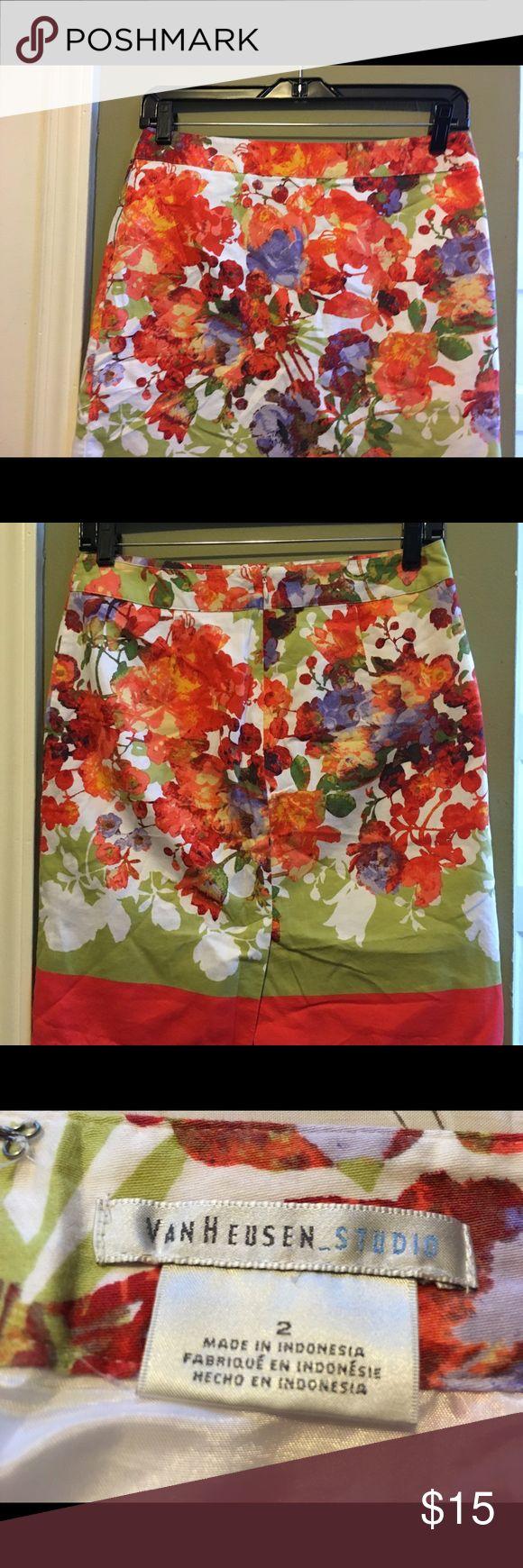 Van Heusen Studio SKIRT Van Heusen Studio Floral Skirt Size 2 Zipper Closure Tube Style Spring / Summer Wear In Excellent Condition Smoke Free Home Van Heusen Skirts Mini