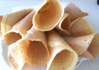 Eiswaffeln Glutenfrei 60 gr.Butter 1 ganzes Ei 160 gr.Schär Kuchen und Kekse Mix C 160 gr.Zucker oder 150 gr.Xucker 1 Tl.Vanillezucker Mark einer 1/2 Vanillestange 125 ml.Leitungswasser Ein spezielles Eiswaffel-Eisen.  Angeruehrten Teig ueber Nacht quellen lassen.  Für Kekse die Waffeln ganz eng zusammenrollen, in 3 cm lange Stücke schneiden und tauchen warme flüssige Schokolade tauchen. Aufbewahrung der Waffeln in Blechdosen, hier bleiben sie am längsten knackig.