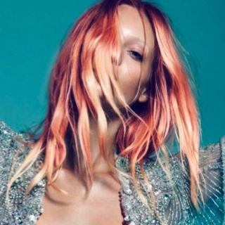 Hair trends: løst pjusket hår i henna-gyldne farver