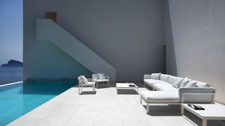 Swimmingpools for exclusive safe bathing reliability in - Porcelanosa alicante ...