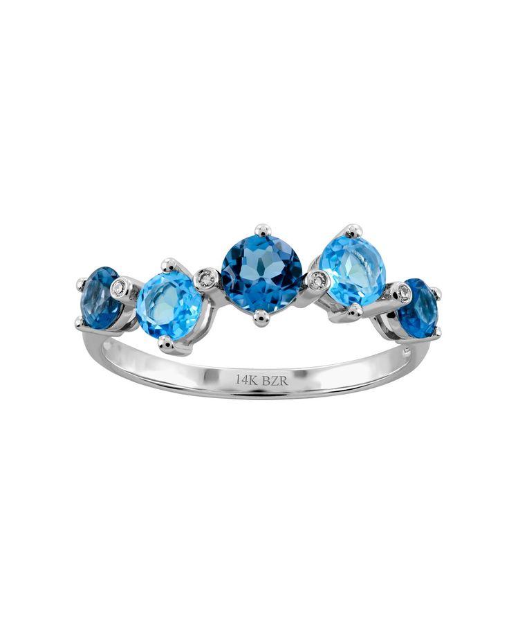Oro Blanco<br /> 14 K<br /> 1 Pt de Diamante y 68 Pts de Topacio Azul, 92 Pts de Topacio Azul London<br /> <br /> Anillo de oro blanco y topacio de enigmática y sublime belleza que conjuga en sus formas originalidad y perfección. Pensado para cautivar con distinción y refinada elegancia.