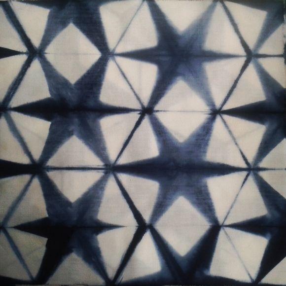 En Japón se denomina Sekka Shibori a las imágenes que se asemejan a los copos de nieve. Esto se logra plegando  la tela (generalmente en triángulos) y apretada con maderas por ambos lados, pudiendo resultar una infinidad de diseños caleidoscópicos | F Nuñez Reveco