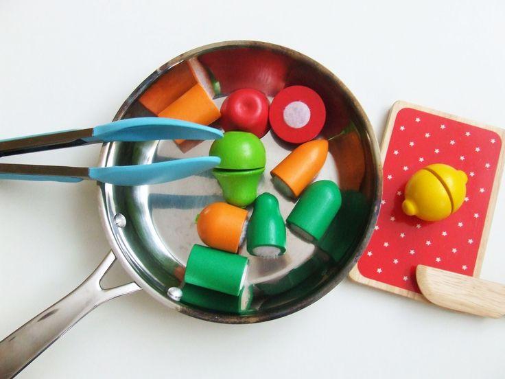 """Zabawa: Smażymy warzywa na patelni.  1. Wersja podstawowa dla wszystkich dzieci. Jak się bawimy: Mama ma w siatce warzywa. Podnosi np. marchewkę na wysokość swoich oczu i mówi: """"Marchewka"""". Potem zadaje pytanie dziecku: """"Co to?"""" . (Dziecko w zależności od tego na jakim jest poziomie komunikacji, ma albo wyciągnąć palec, albo powtórzyć po mamie, albo powiedzieć:""""daj"""").  Warzywo dajemy dziecku. Dziecko kroi i wrzuca na patelnie.   Miłej zabawy :)"""