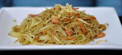 Questa ricetta propone un modo classico delal cucina cinese di cucinare gli spaghetti di riso, cioe\' saltati con verdure taglaite a jiulienne e conditi con le tipiche salse cinesi.