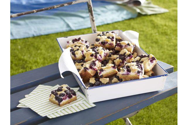 Barres aux bleuets et au citron-------------------------------------De parfaites douceurs estivales truffées de bleuets et garnies de fromage à la crème citronné.