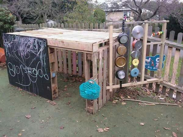 A creative way to use pallets to create an outdoor play space for kids. Also incorporated a chalkboard panel and a music wall.