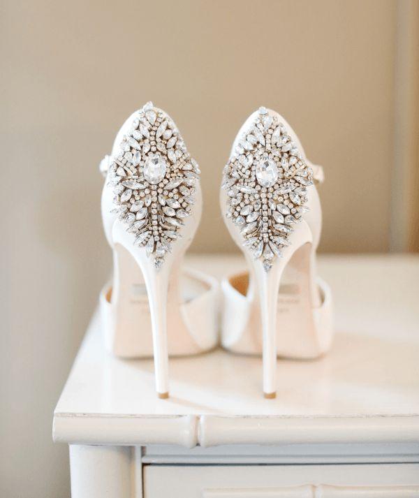 Você irá terminar de escolher o seu tão sonhado vestido de noiva, escolher o tema do casamento e combinações de cores e até mesmo terá reservado o local da celebração, Parece que as escolhas mais difíceis já foram feitas, exceto uma - os sapatos de noiva!