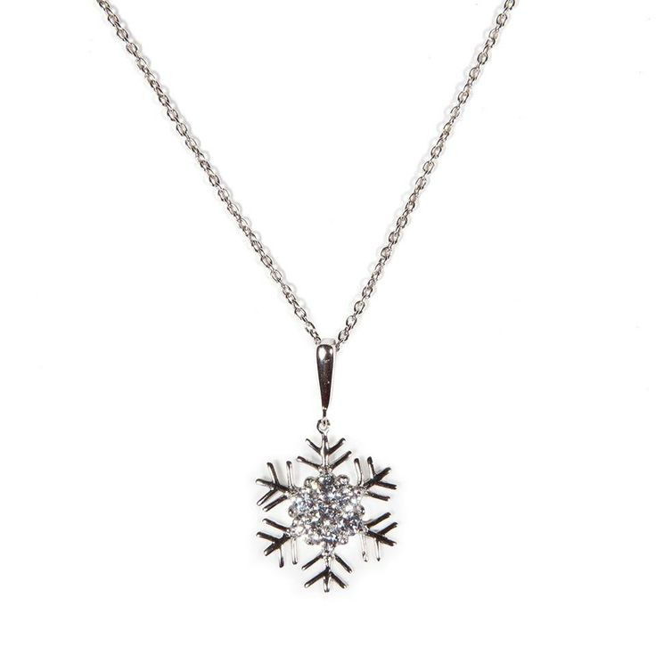 Collana in #argento con pendente a fiocco di neve in brillanti zirconi bianchi. Perfetto come regalo di Natale!  A beautiful #necklace that can be worn throughout the entire winter season. The snowflake silver pendant, with brightly white cubic zirconia in the centre, would also be perfect for a wonderful #Christmas gift.